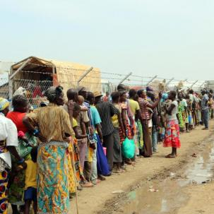 new_arrivals_queue_to_get_on_to_a_bus_from_sebagoro_to_kagoma_reception_centre_1